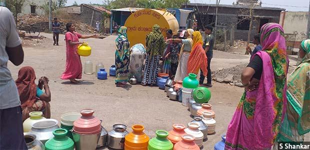 A queue at a water tanker in Mole village of Athani taluka in northern Karnataka. Credit: S Shankar/IndiaSpend
