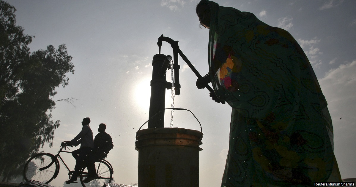 A women uses a hand-pump to fill drinking water on the outskirts of Amritsar in the northern state of Punjab, India, November 15, 2015. Pleas by local Indian officials for farmers to switch from rice to oilseeds and pulses and protect dangerously low water levels are falling on deaf ears, and may be further undermined by government policies encouraging cultivation of thirsty crops.  REUTERS/Munish Sharma - RTX1W321